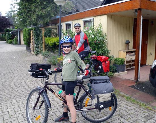 Jeroen en Geert-Jan vertrekken per fiets