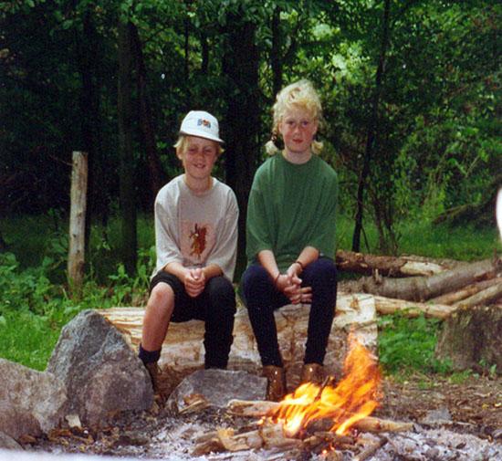 Roos en zus bij het kampvuur