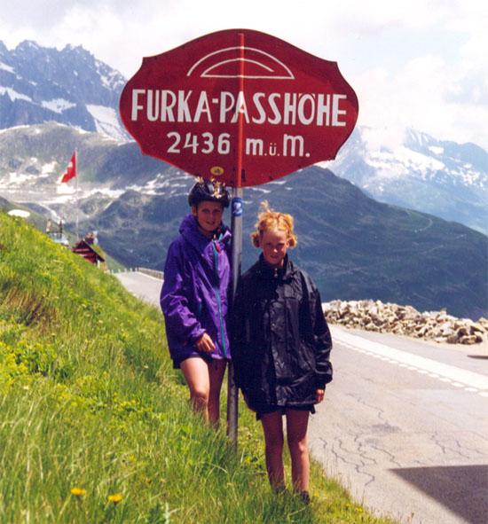 Roos en zus bovenop de Furka pas